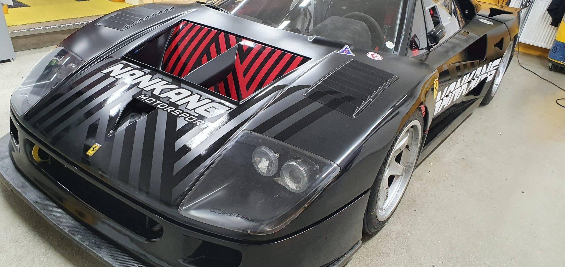 Ferrari F40 semimattschwarz mit Branding