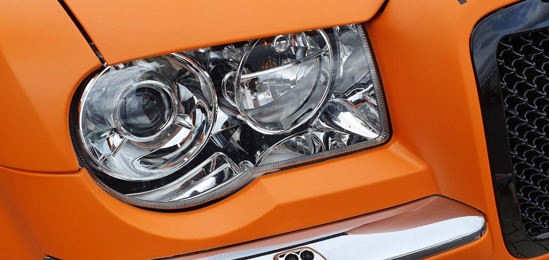 Chrysler C300 mattorange Mactac mit Decals in mattschwarz