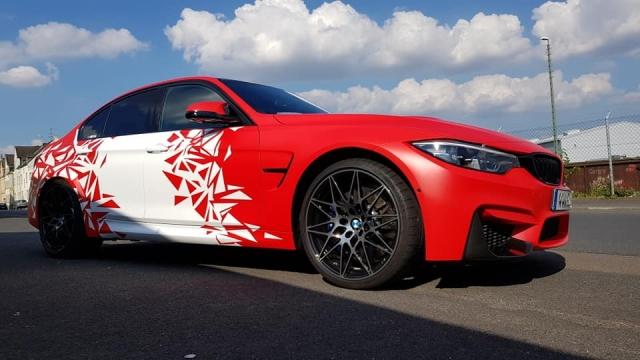BMW M3 mattrot mit weissen Applikationen