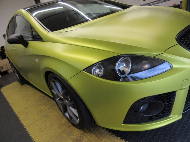 Seat Leon in yellow flash matt