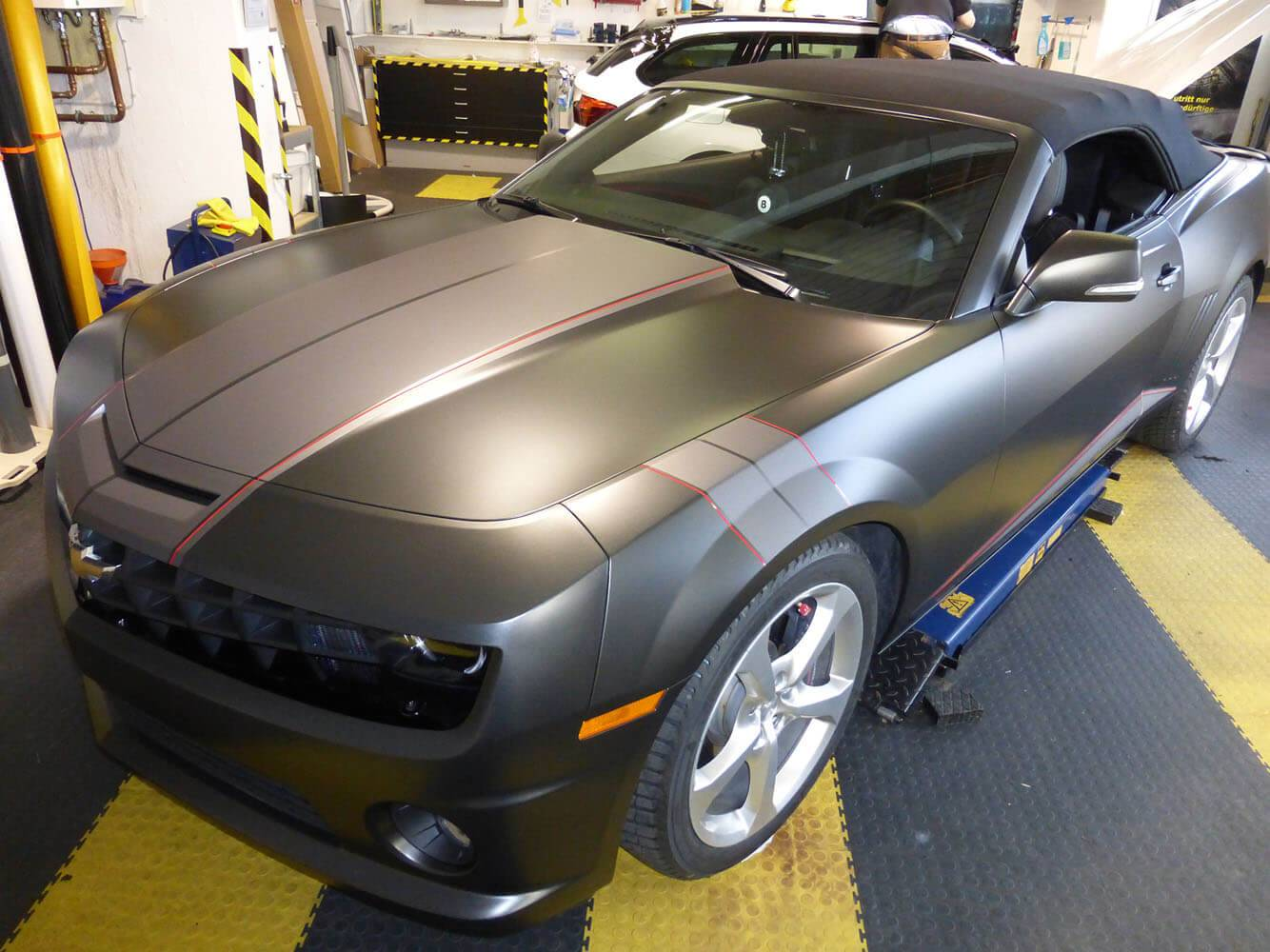 Camaro in diamond black mit roten Designstreifen